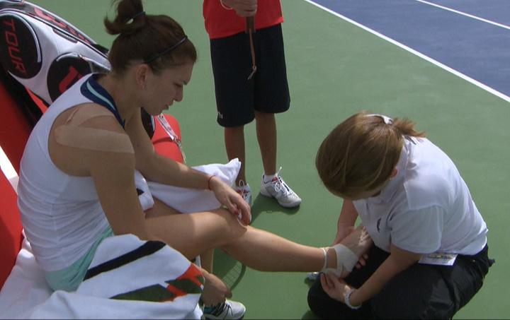 halep picior Halep a jucat intr un picior cu Kvitova!
