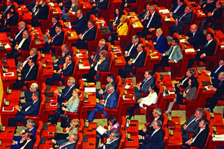 """plen Parlamentarii isi """"repereaza"""" onoarea cu amenzi abuzive"""