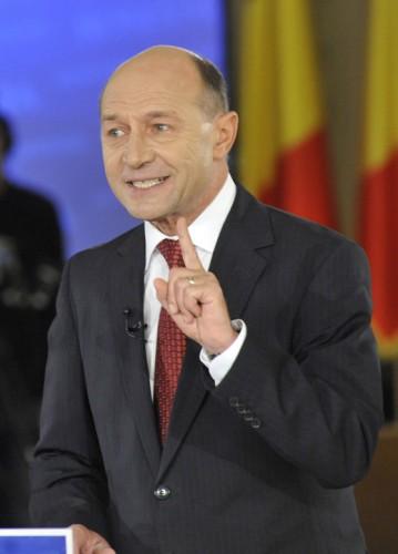 TRAIAN BASESCU FANE 257 359x500 Revoltat de gestul presedintelui. Basescu: Pe o capodopera nu te asezi cu fundul, chiar daca este din piatra