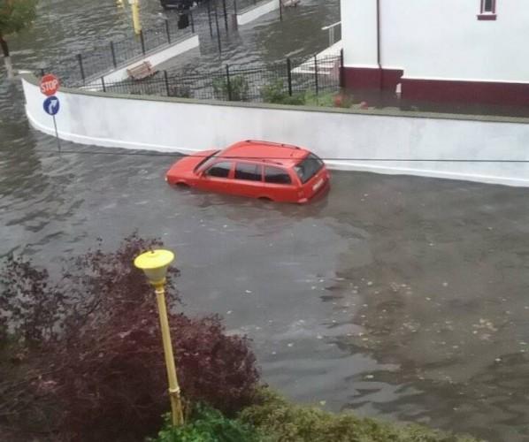 inund 598x500 Ploaia a transformat Constanta intr o mica Venetie: strazi inundate si masini blocate