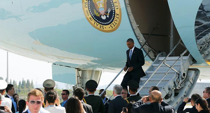 obama De ce a iesit Obama pe usa din dos a avionului