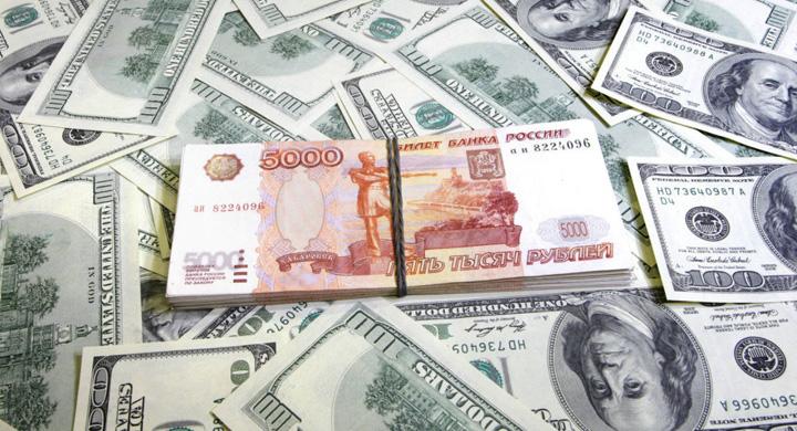 bani Un anonim arunca cu bani pe strazile din Magnitogorsk
