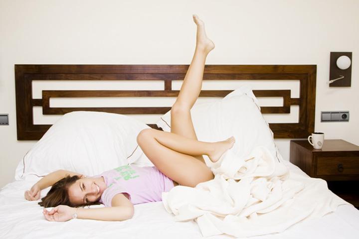 femeie pat picioare S a infiintat fabrica de neveste perfecte