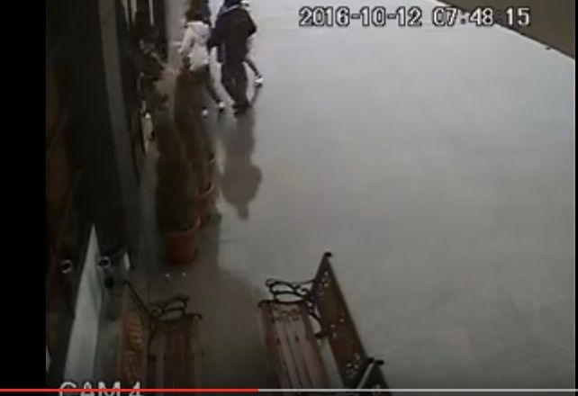 ursss1 Noi imagini din Sibiu, cu mai multi oameni ferindu se din calea ursului (VIDEO)