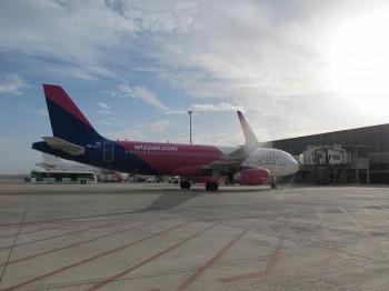 14906903 1111282588949159 594713839408554355 n avion 350x262 O cisterna a acrosat un avion, pe aeroportul din Cluj. Cursa amanata cateva ore