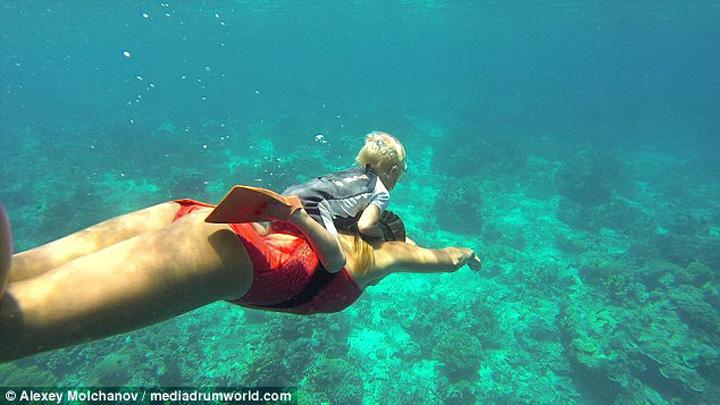 3A9B906700000578 0 image a 56 1479723163367 Se scufunda la 10 metri, fara masca de oxigen, desi are doar 3 ani!