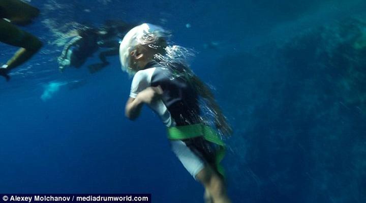 3A9B908000000578 0 image m 59 1479723204307 Se scufunda la 10 metri, fara masca de oxigen, desi are doar 3 ani!