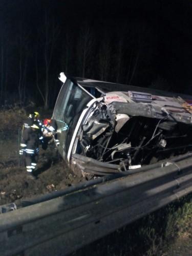 accid1 375x500 8 romani raniti intr un accident in Italia. Autocarul cu care veneau in tara s a rasturnat