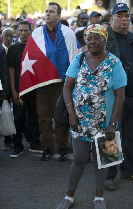 article urn publicid ap.org dd3eeb54fff24bd2ad700ef018b2c545 2MYUzL9HDp1084745e686e468579 956 634x992 Funeraliile lui Castro, un doliu in trei acte
