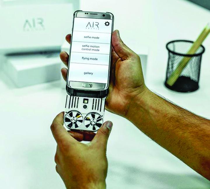 asfsafsa La inaltime. AirSelfie, prima drona detasabila pentru smartphone uri