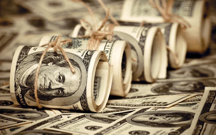 dollars Dolarul, la MAXIMUL istoric de 4,3 lei