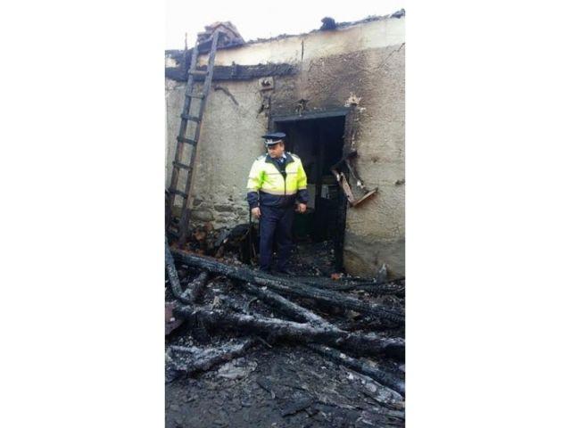 politist1 Ii datoreaza viata unui politist, care a salvat o din casa inghitita de flacari!