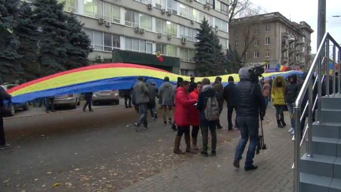 protest 4 Sute de tineri in strada, la Chisinau. Se scandeaza demisia si jos mafia!