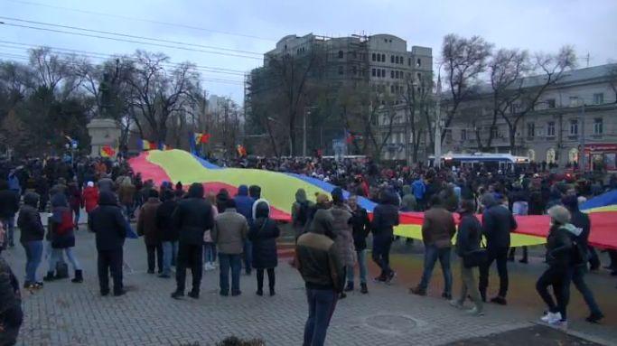 protest 7 Sute de tineri in strada, la Chisinau. Se scandeaza demisia si jos mafia!