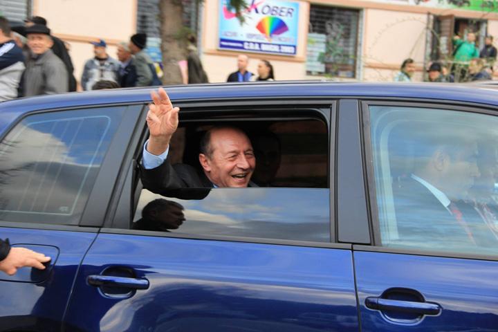 12792137 1218289794851236 1106323991277614848 o Basescu daruieste masa cu un covor de iuta