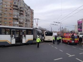 15391134 1685076734851545 8890339528199804535 n accid 350x262 Accident cu doua mijloace RATB: tramvai deraiat si calatori in grija medicilor