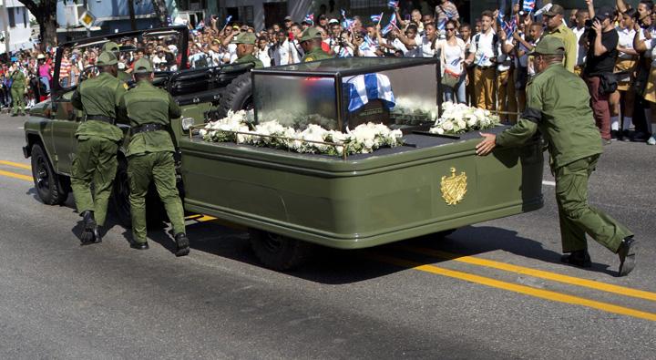 590ce2c3d5774ec78c16295b81e4eabe Galiganul revolutiei cubaneze, plimbat intr o cutiuta
