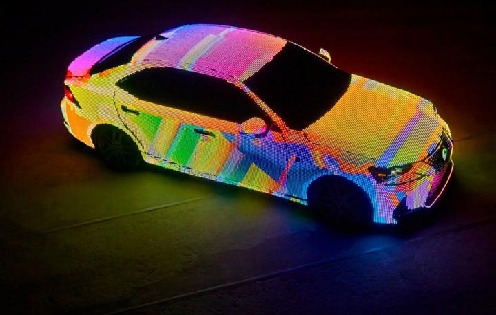 lexus is led 2 Un Lexus acoperit cu 42.000 de LED uri