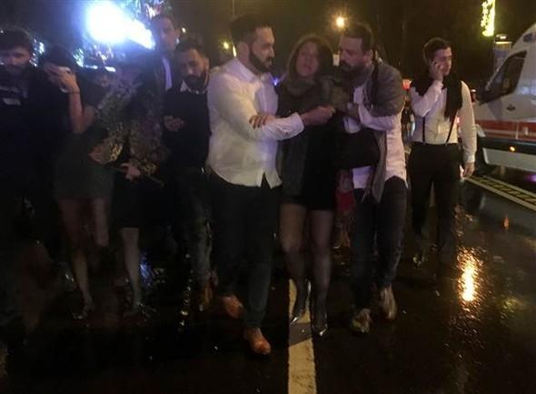 5868a56a67b0a932388122fe1 Masacru pe Bosfor de Anul Nou: 39 de persoane impuscate de un terorist imbracat in Mos Craciun