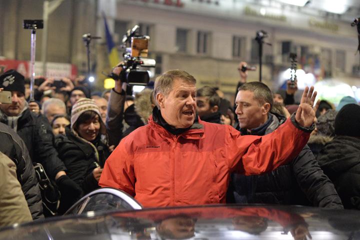 Iohannis la protestul din Bucuresti impotriva gratierii Iohannis a protestat pentru ca Guvernul nu i a tinut paltonul