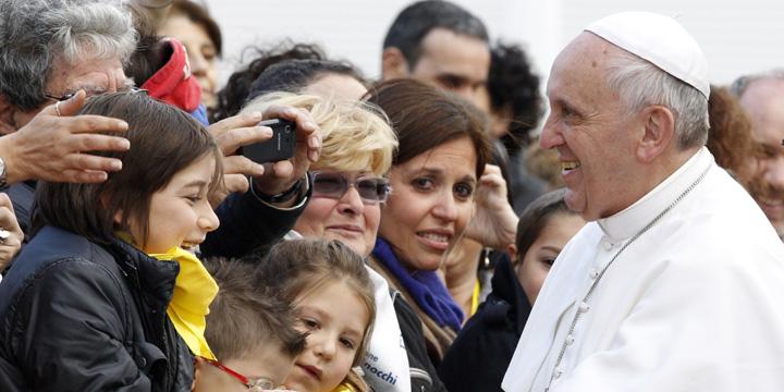 POPE FRANCIS WOMAN facebook 1 Papa Francisc spune ca femeile sunt mai curajoase decat barbatii