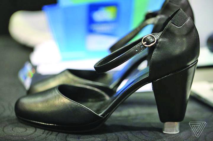 Zhor Tech Heels 3 Fac furori la CES 2017: pantofii de dama cu incalzire interioara si tocuri reglabile!