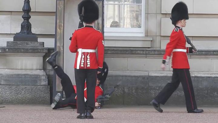 garda De frica teroristilor, Garda Palatului Buckingham isi schimba programul