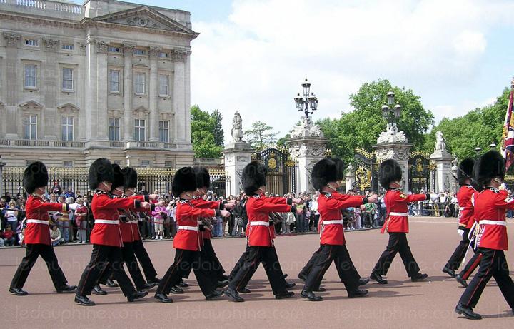 garda1 De frica teroristilor, Garda Palatului Buckingham isi schimba programul