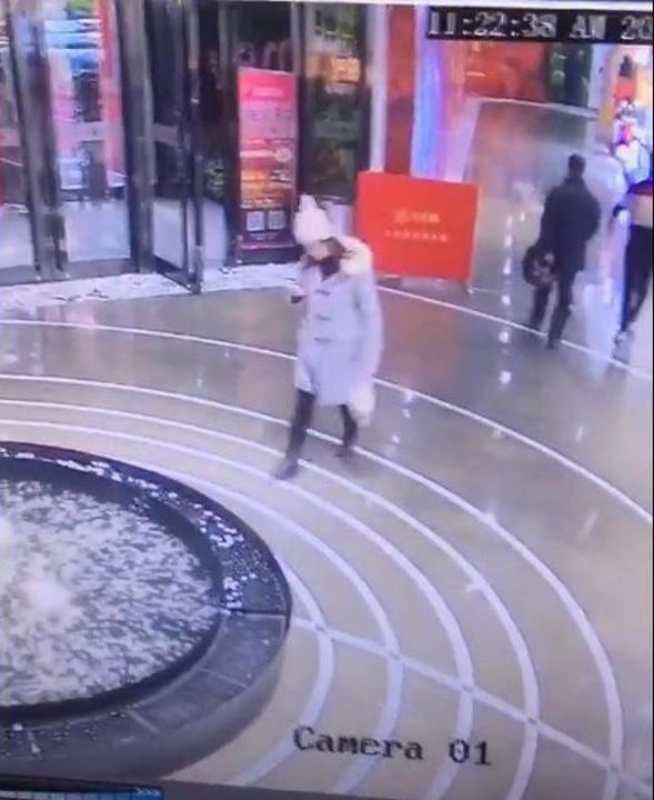 mobil 2 Cu ochii in telefon, a cazut in fantana arteziana din mall!