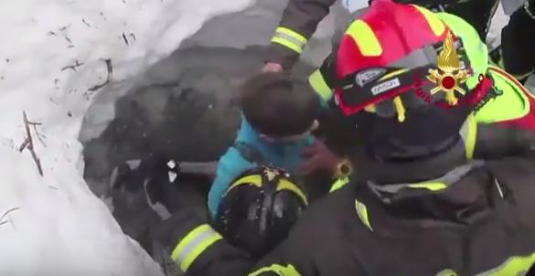suprav Imagini cu momentul in care o femeie si un copil sunt salvati din hotelul inghitit de nameti (VIDEO)