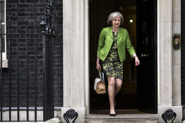 theresa may1 Theresa May da cartile pe fata