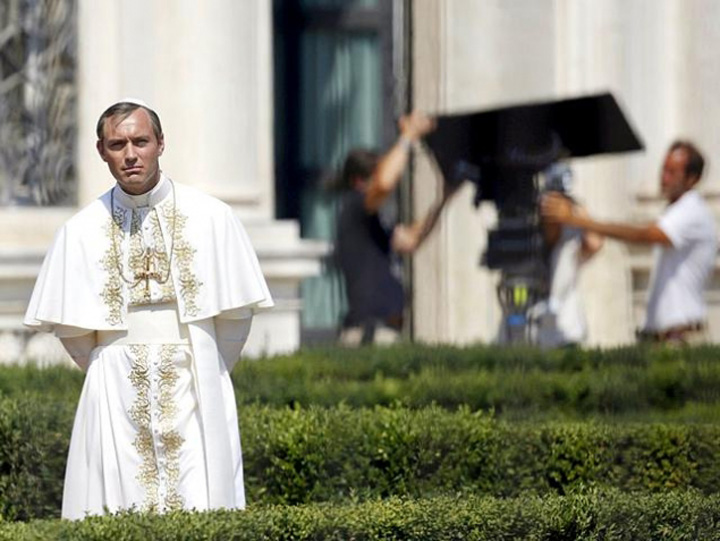 "young pope ""Regina Pitestiului"" Regina Pitestiului, langa Jude Law, in ""Young Pope"""
