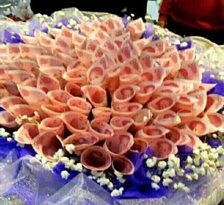 buchet bani Cine are nevoie de flori? Nu s mai bune niste bancnote?