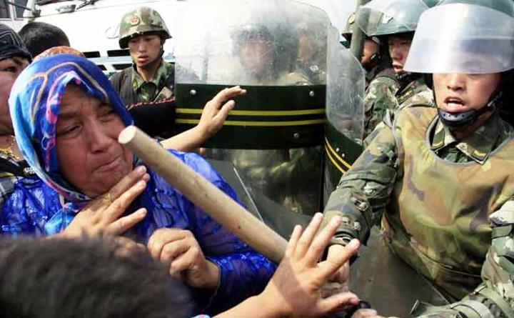 chinese police attack muslim sisters China ii premiaza pe vanatorii de islamisti