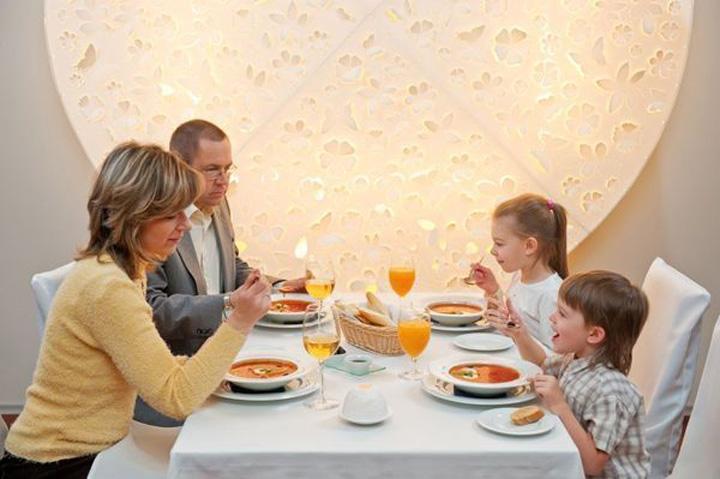 """copii restaurant familie """"Copiii educati"""" scad nota de plata la restaurant!"""