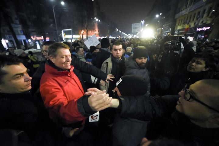 iohannis protestatari S au intors comunistii