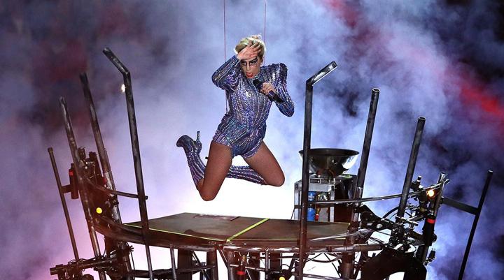 lady gaga roof entrance halftime show Gaga, o Lady suspendata de fund!