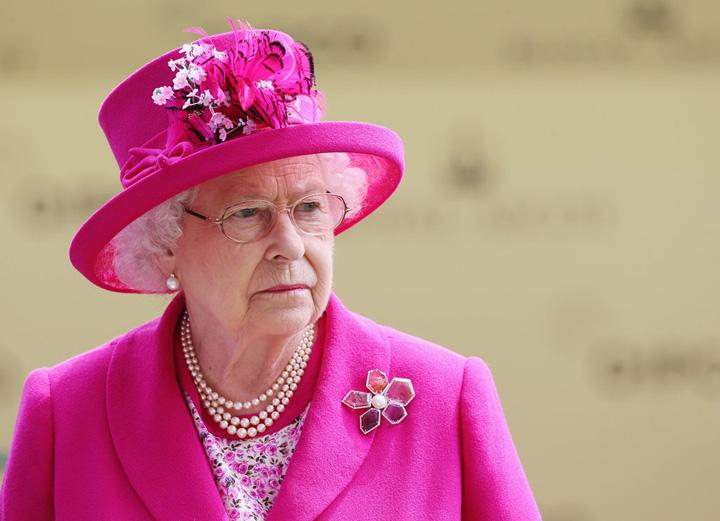 lizzy Regina Elisabeta a II a angajeaza social manager