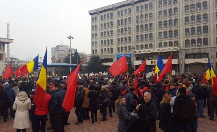 manif 720x439 A fost miting pro Guvern, in centrul Pitestiului, la initiativa PSD Arges (VIDEO)