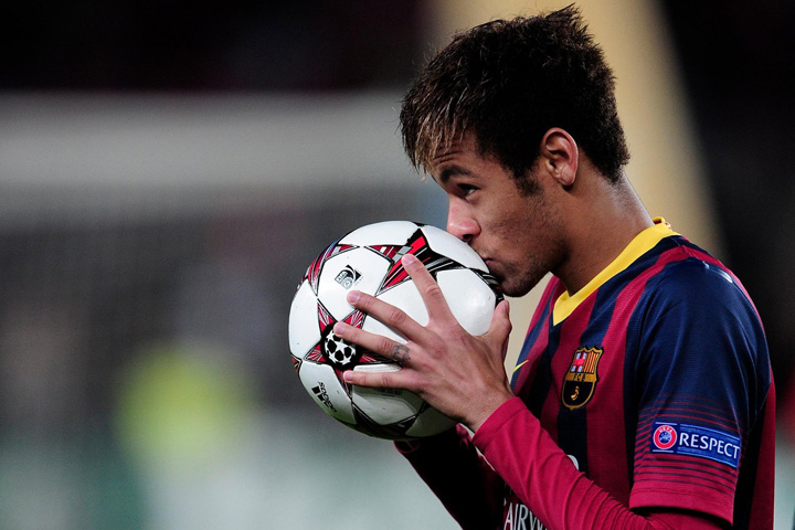 neymar kisses the match ball after three goals against celtic in the champions league Neymar, la Manchester United, transferul deceniului