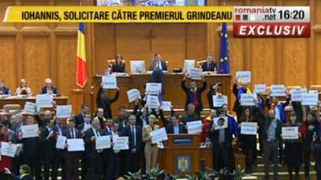 prot 2 Circul de la Parlament s a mutat in sala de plen a Camerei: Useristii si liberalii si au unit pancartele