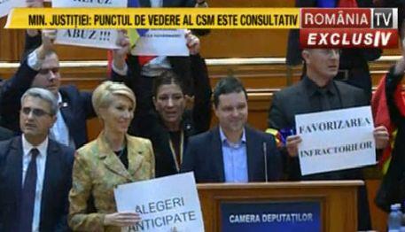prot 3 Circul de la Parlament s a mutat in sala de plen a Camerei: Useristii si liberalii si au unit pancartele