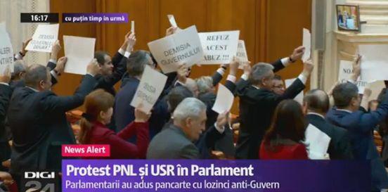 prot3 Circul de la Parlament s a mutat in sala de plen a Camerei: Useristii si liberalii si au unit pancartele