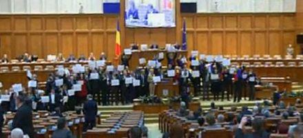 protest222 Circul de la Parlament s a mutat in sala de plen a Camerei: Useristii si liberalii si au unit pancartele