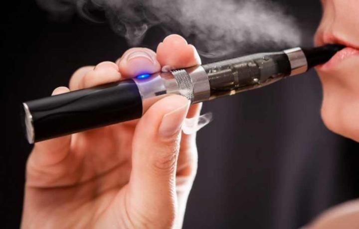 tigara electronica E oficial, tigara electronica poate fi de 15 ori mai toxica decat cea clasica