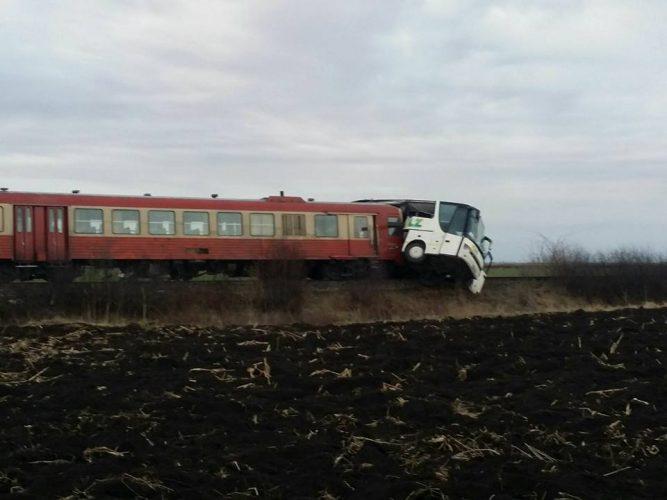 17021918 1464898306908497 1641343915843174465 n accid 2 667x500 Autocar lovit de tren in Timis: pasageri pe mana medicilor