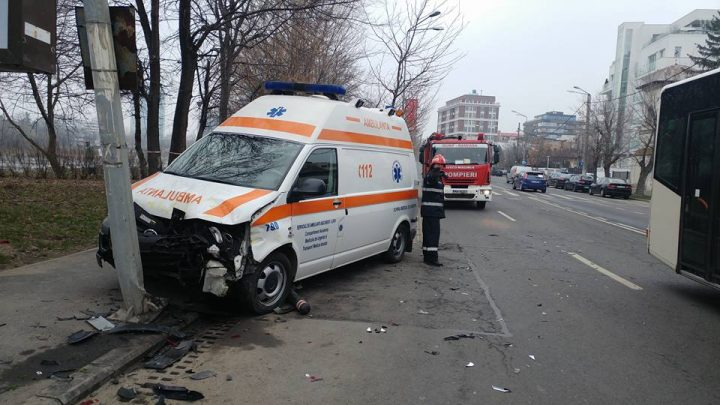 17202735 10206334831369532 3011325368386030483 n ambul 720x405 Accident cu o ambulanta si alte 4 masini in Capitala!