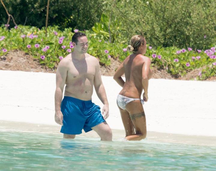 Katie si sotul Katie Price face valuri in Maldive
