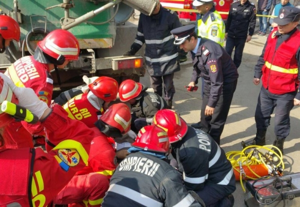 accid Interventie dramatica in Capitala: un om a ajuns sub o betoniera