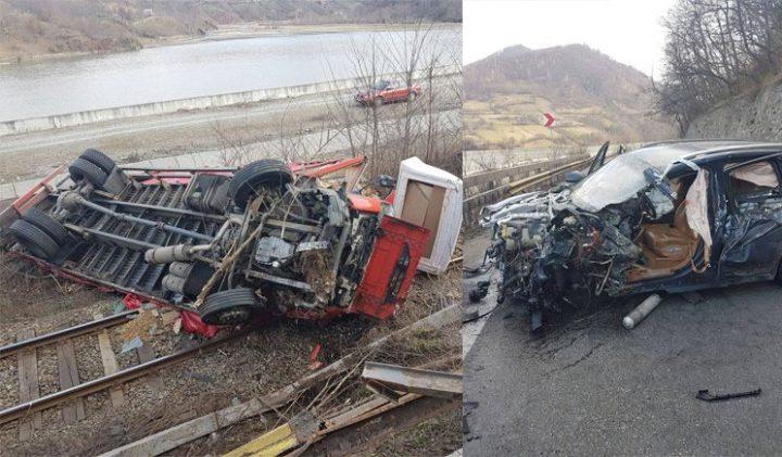 accident 720x421 Accident grav pe DN 7: Camion rasturnat pe calea ferata si o masina facuta zob